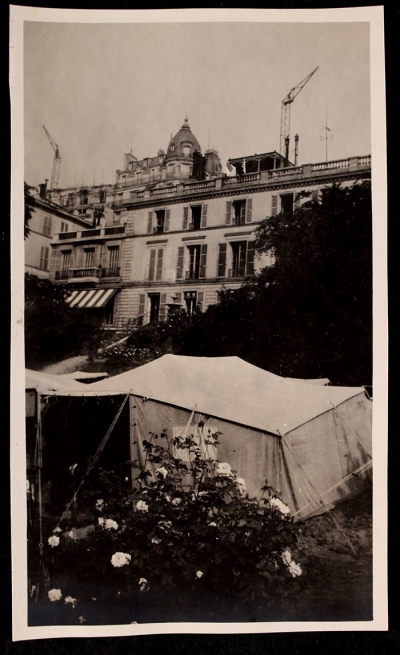 Tent at 21 rue Raynouard with the house in the background